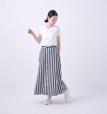さわやかなストライプ柄のスカートは抜群の存在感で、シンプルなTシャツを合わせるだけでも様になります。デザイン自体はベーシックなので飽きずに長く着られるところも魅力的。 やわらかくて肌触りの良いデニム素材は、適度に張りがあり、体のラインを拾いにくいので体型カバーも叶います。オールシーズン大活躍間違いなしの、頼れる一枚◎