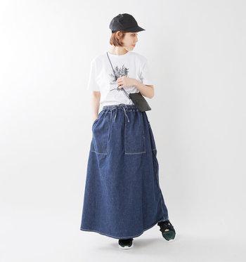 デニム好きにファンの多いブランド「オアスロウ」のクライミングスカート。シンプルながらも大きめのポケットやステッチワークなどディテールにこだわった存在感のある一枚です。ワークテイストとフェミニンな雰囲気のバランスも絶妙。カジュアルなTシャツもきちんと感のあるシャツもお似合いです。 デニム生地は薄手のライトオンスで軽やか♪柔らかくて履き心地もバツグンです!