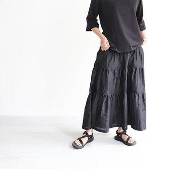 ほんのりと光沢感のあるシルク素材を使ったボリュームスカート。全身をブラックでまとめても、透け感のあるふんわりスカートなら、重く見えません。 白Tを合わせたモノトーンコーデも素敵ですし、ストライプのシャツでキレイめにまとめるのも◎