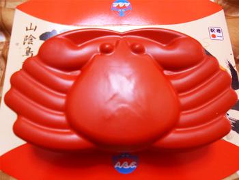 「アベ鳥取堂」のかに弁当が、パッケージがかわいすぎると話題なんです!鳥取駅などにあるアベ鳥取堂のお店、鳥取県内の大きなデパートなどで買うことができますよ。