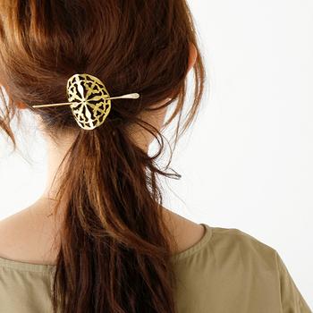 透かし模様の真鍮プレートはひとつでも存在感抜群で、シンプルなまとめ髪が一気にお洒落なイメージになりますね。ひとつにまとめた髪に真鍮プレートを当てたら、スティックを通すだけという簡単さも魅力のひとつです。