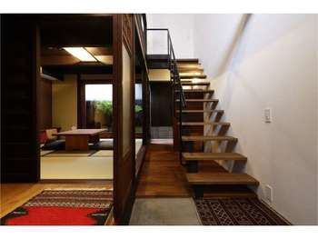 築100年近い町屋をリノベーションした京町屋ホテル「四季十楽」では、町屋に住んでいるかのような感覚で宿泊できます。