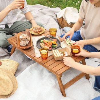 アカシア材を使用したLiasso(リアッソ)の「折りたたみローテーブル」は、ちょっとした飲食スペースとして2~3人で使うのにちょうどいい大きさ。飲みこぼしも拭き取るだけでOKなので、お手入れも簡単です!