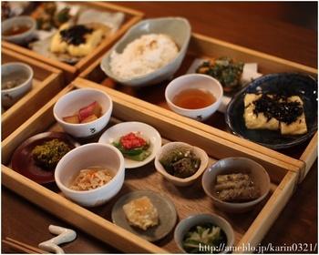 京都を訪れたらやっぱり食べたい「おばんざい」。出町ろろろと言えば、「お昼のろろろ弁当」が有名ですが、ヘルシーな和食が食べたい日の夜ご飯もおすすめです。  大原の旬の無農薬野菜が多く使われており、一品一品がほっとする優しい味わいです。