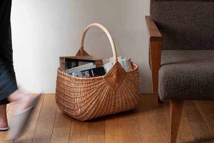 持ち手付きのカゴは、持ち運びもに便利です。ブランケットや読みかけの雑誌、リモコンなどを入れておけば、ソファやテーブル周りもすっきりしますよ。