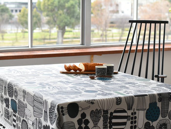 大胆な柄を取り入れたいのなら、テーブルクロスもおすすめです。面積が大きいぶんポイントになりますし、鮮やかな色や柄は食事をよりおいしそうに見せてくれます。撥水加工タイプなら、汚れも気にせずに使うことができます。