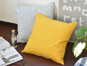 グレーと黄色の組み合わせは、北欧インテリアらしさをぐっと高めてくれる配色です。柄だけでなく、色味にもこだわってみましょう。