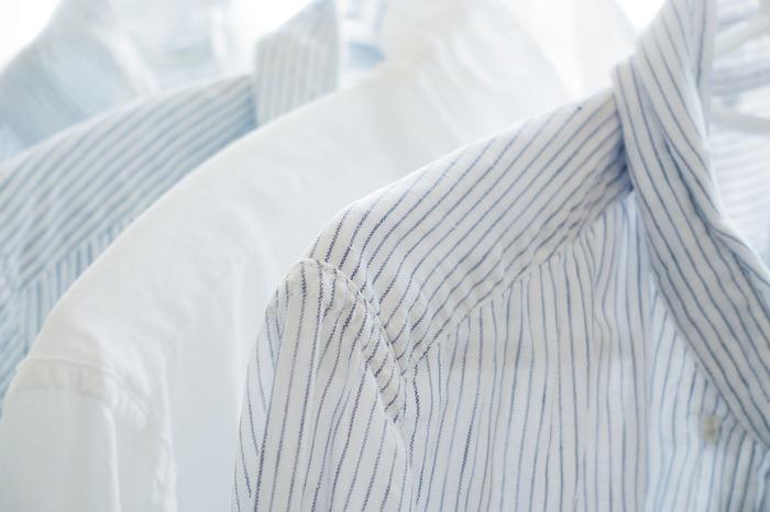 糊付けには、衣類にお洗濯の途中でしみ込ませて乾かす方法と、アイロンの前に吹きかる方法があります。糊付けをすることで衣類に張りが出て、クリーニングに出したような仕上がりが期待できます。糊付けは主に、シャツやハンカチ、シーツなどを思い浮かべる方が多いかもしれませんが、他の衣類でも糊付けをすれば何度も洗った衣類でもシャキッと感を取り戻すことが出来るんです。デニムも糊付けすることで、着ていてキチンとした印象になりますよ。
