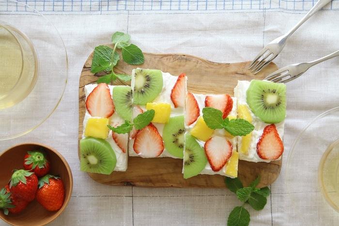 デザート系のサンドは、はずせない一品!食パンに生クリームを塗ってフルーツを乗せるだけのオープンサンド。簡単で見栄えもいいサンドイッチです。お好みのフルーツでぜひトライしてみて。