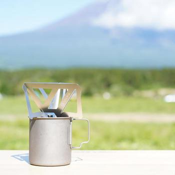 マグカップに直接乗せてドリップします。大自然の中で飲む淹れたての一杯は、いつもと味わいも気分も格別なはず♪