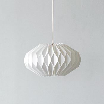 ペーパー素材の照明は和室にマッチしやすく、モダンな雰囲気を演出してくれます。デザインが特徴的なペンダント照明なら、明かりを付けていないときでも、インテリアとして空間のアクセントになってくれますよ。