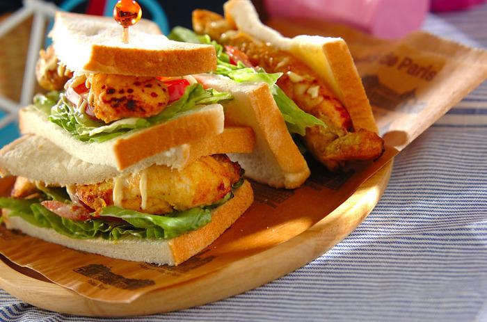 スパイシーなタンドリーチキンを挟んだボリュームたっぷりのサンドイッチ。鶏むね肉を下味にしっかり漬け込んでやわらかく仕上げるのがおいしさのポイント。余ったチキンはそのまま食事に出しても◎