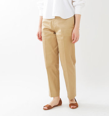 ディテールにヴィンテージな要素を効かせた合わせやすいチノパンツ。メンズライクな雰囲気でありながら、ほどよくゆとりのあるテーパードラインに、足首が覗くクロップド丈など、計算されたデザインで女性らしくも穿きこなせる一本です。