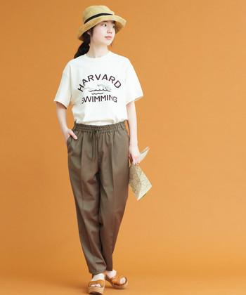 """Tシャツとのワンツーコーディネートも鮮度の高い仕上がりに。きちんと感のあるスタイルの""""ハズし""""としても使えます。"""