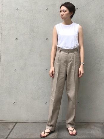 無地のノースリーブトップスに、センタープレスされた美パンツをセット。シンプルなのにきちんとおしゃれな、ミニマルスタイルのお手本です。