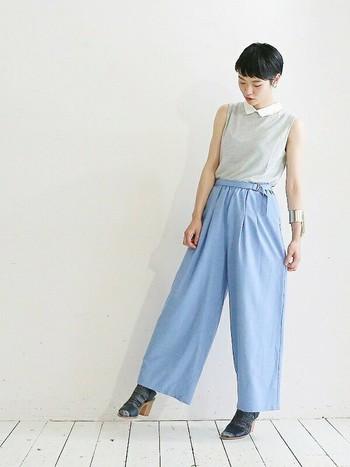 薄い空色パンツが夏らしくて素敵!トップスは裾INしてシルエットにメリハリを。