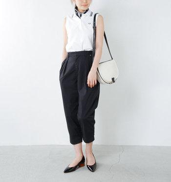 スポーティーなポロシャツタイプは、光沢のあるタックパンツで女性らしく。スカーフをくるっと巻けば顔まわりも華やか♪