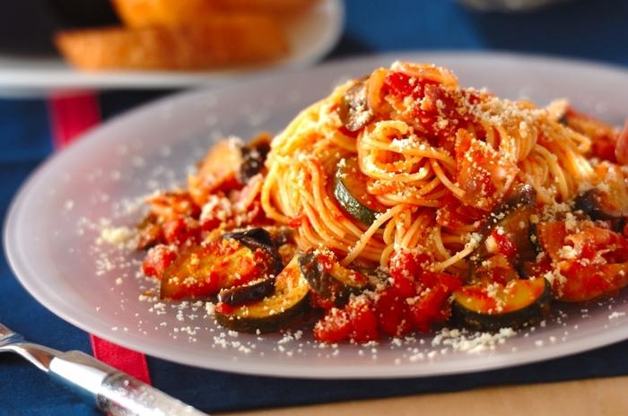 真っ赤なソースが情熱的なトマトソーススパゲティー。ナスとズッキーニにソースが絡まってとっても美味しそう♪赤唐辛子をピリッと効かせて大人の味わいに仕上げましょう。