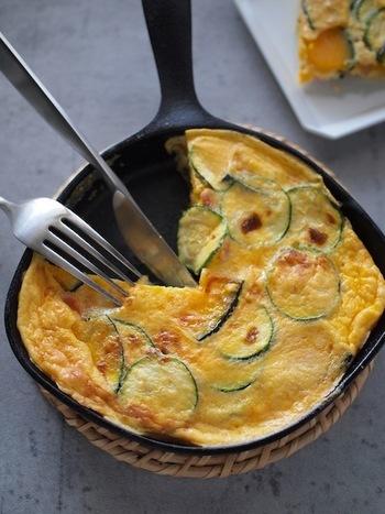 イタリア風のオムレツ「フリッタータ」。夏野菜のズッキーニとかぼちゃがとても合います◎スキレットで焼けば、そのままテーブルに出しても素敵です。
