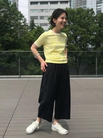 大人っぽいのにどこか抜け感があってユルい…そんなコーディネートにぴったりのジャックパーセル。シンプルながら遊び心あるデザインなので、大人っぽい服装に合わせることで、ヌケ感のあるコーデが誕生します。厚めのクッションが入っているので、たくさん歩きたい日にも◎。
