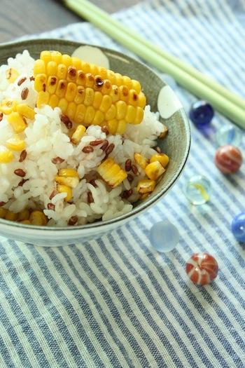 甘くてぷりぷりのトウモロコシを贅沢に使った炊き込みごはんは、夏ならではのメニューですね。焼くことで香ばしさもアップ♪芯も捨てずに一緒に炊き込むことで、風味も増します。