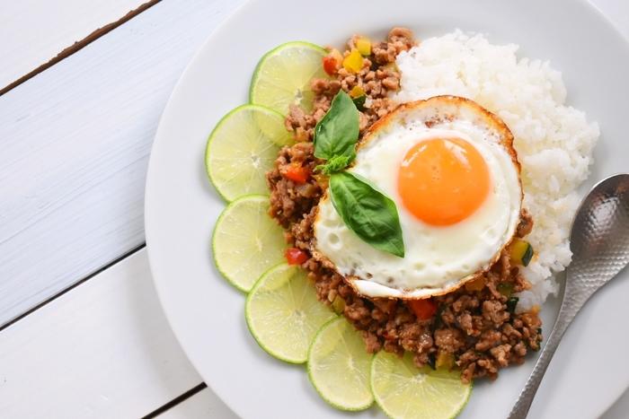 タイ料理の定番ガパオライスに、トマトやズッキーニ、パプリカなど夏野菜をたっぷり加えてカラフルに仕上げて。ピリ辛でごはんも進む美味しさは、うどんやトーストにのっけても合いますよ◎