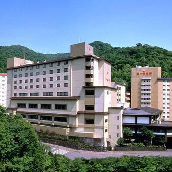 第一滝本館は、札幌駅前からは専用シャトルバスが運行しており、約2時間で到着、新千歳空港からは約1時間10分で到着します。最大の特徴は、温泉施設で35以上ものお湯が用意されていますよ。