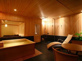 「スパリビング付き」のお部屋のほか、宿泊された方がみなさま利用出来る「大浴場」と別館の「森乃湯」を堪能できます。森に囲まれた空間に上質の静けさが待っています。