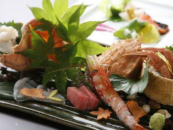 北海道の豊かな自然に囲まれ、「懐石ダイニング」「グリルダイニング」で特別な時間をお楽しみいただけます。どちらも北海道産の食材を使用した贅沢なお食事で迷ってしまいますね。