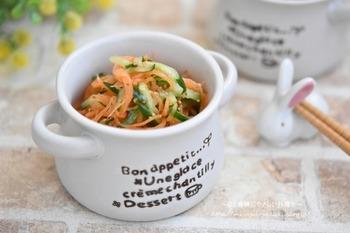 こちらは小鉢にぴったりのマリネサラダ。箸休めにも良いでしょう。素材は人参とキュウリだけ。食べやすい千切りにしましょう。マリネ液は、ハチミツと粒マスタードを使ったハニーマスタード味がおいしいポイントです♪