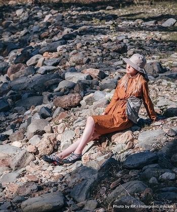 川沿いなど石の多い場所に行くなら、靴底が厚いタイプのスポーツサンダルが丈夫でオススメです。長時間岩場を歩いても足が疲れません。