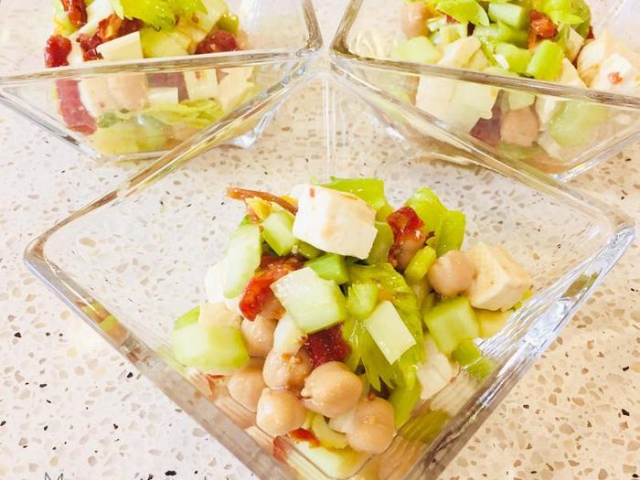豆類を合わせれば、野菜のマリネサラダでも食べ応えのある一品になります。こちらは、ひよこ豆の水煮と木綿豆腐を使っています。セロリは葉っぱごと使って♪ドライトマトの甘酸っぱさがアクセントになります。茹でた豆腐を熱いうちにマリネ液に漬けて、味をしっかり付けるのが美味しく仕上がるコツなのだそう。
