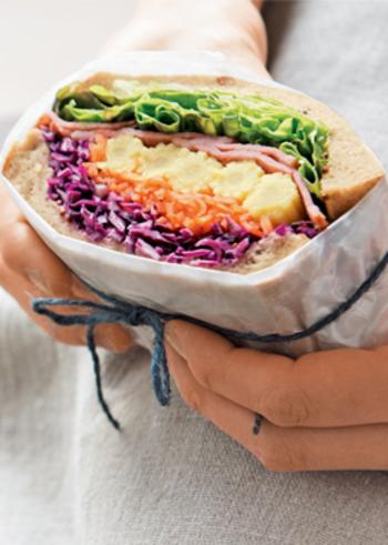 彩り豊かな5色の具材を挟んだサンドイッチ。ベーコン以外は野菜なのでボリューム満点ながらヘルシーなのが嬉しいですね。包丁で切る時が楽しみになるサンドです。