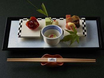 お食事はもちろん、北海道産の厳選された素材を使い、色合いや盛り付けにもとことんこだわった自慢の会席料理。季節により異なるメニューも魅力的で、四季折々のお料理をご堪能いただけます。