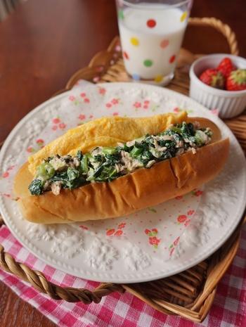小松菜とツナをマヨネーズで和えたものに、オムレツを挟んだコッペパンサンドです。ササっと作れるので、忙しい時にもぴったり。オムレツをふんわり作るのがおいしさの秘訣です。