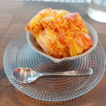 こちらのかき氷「果実氷 フルーツまるごとfuwafuwaアイス」はまさに進化系。これまでのかき氷の概念を覆すようなふわふわ食感。まるで綿菓子みたいなんだとか。  また、フルーツをまるごと凍らせた果実氷を削るので、ほとんど果実そのもの。シロップも少量なのでヘルシーで、後味スッキリなんです。