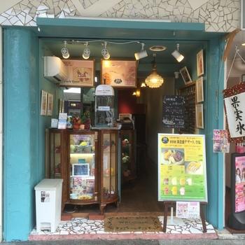 カウンターのみの小さなお店は青い壁がお洒落。店内でくつろぐのもいいですが、テイクアウトもおすすめ。京都の繁華街、河原町三条にあります。