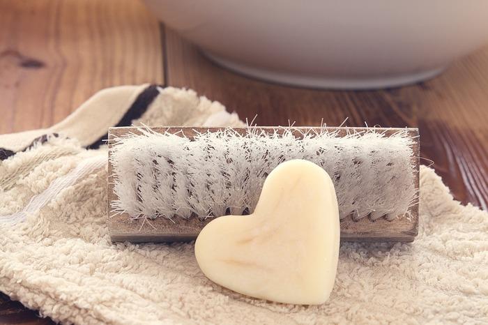 A:部分的な汚れが気になる場合は、まずは布に洗剤をしみ込ませて拭く→水ぶきを試してみてください。それでも汚れが残ってしまう時には、その部分だけ水で濡らし固形石鹸で洗います。軽く揉み洗いして、サッと水で流しましょう。液体洗剤だと広範囲に洗剤が染みてしまうので、部分洗いの時には固形石鹸を使うほうが良さそうですね。
