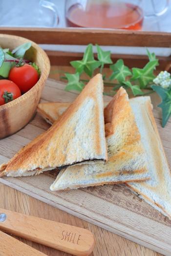 こちらは海苔とチーズを使ったちょっとめずらしいホットサンドのレシピ。パンには醤油とバターを塗って味付けします。子供も喜びそうなおいしいサンドがサッと簡単に作れるので、ぜひお試しあれ!