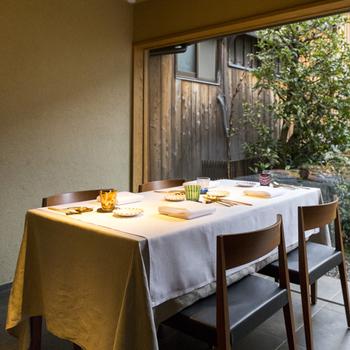 築100年超の京町屋をリノベーションしたモダンな店内からは、坪庭が望めます。  落ち着いた雰囲気で食事を楽しんで。