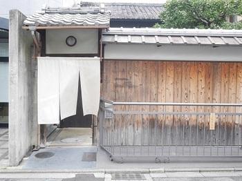 御所から訪れる場合は、「堺町御門」から出ると便利です。  柳馬場通を南に入ってほどなく、「ステファンパンテル」の「ス」の字がさりげなくあしらわれた暖簾を目印に。