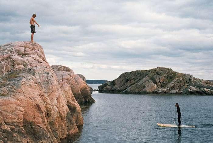 崖から湖や海へドボ〜ン!と飛び込む光景を夏の北欧ではよく見かけます。子供から大人まで関係なく、はしゃぐ姿は見ている方も微笑ましい気持ちに。