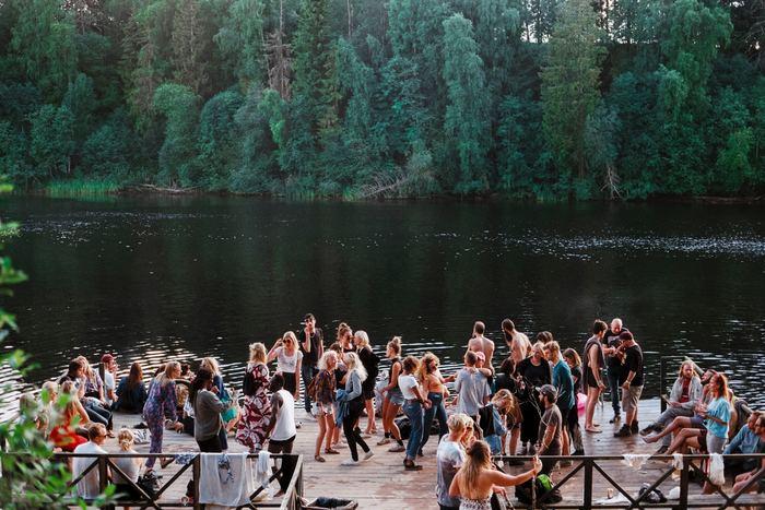 「夏が来た!」といわんばかりに、みんな外に繰り出します。冬とは逆に夏は日照時間がとても長いことから、夏休みは子供たちも夜まで外出していることもあります。友達と集まって公園やお庭でパーティーをしたり、BBQをしたり外でできるアクティビティを満喫します。