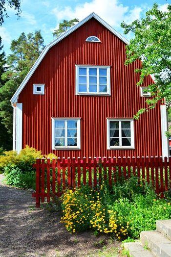 やはり北欧の夏の過ごし方のNo.1は、サマーハウス。サマーハウスとは、夏の休暇中に過ごす家のことです。日本でいう別荘のイメージが強いですが、北欧の人々のサマーハウスは日本の別荘とはイメージがだいぶ違います。