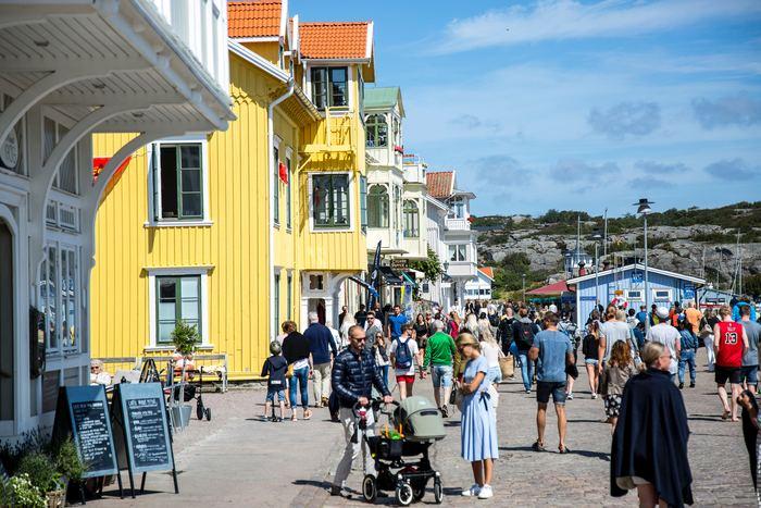 街のお店も、夏の方がオープン時間が長いところも多く、観光業で栄えている地域などは「夏限定」でお店をオープンしている場所も存在するほど。また、夏はカフェやレストランなどのテラス席が解放されるなど、冬には人がいないエリアが、一気に活気付きます。
