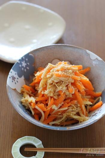 にんじんとえのきを電子レンジで温めて作るおかずレシピ。お酢を加えることで、さっぱりと食べられます。