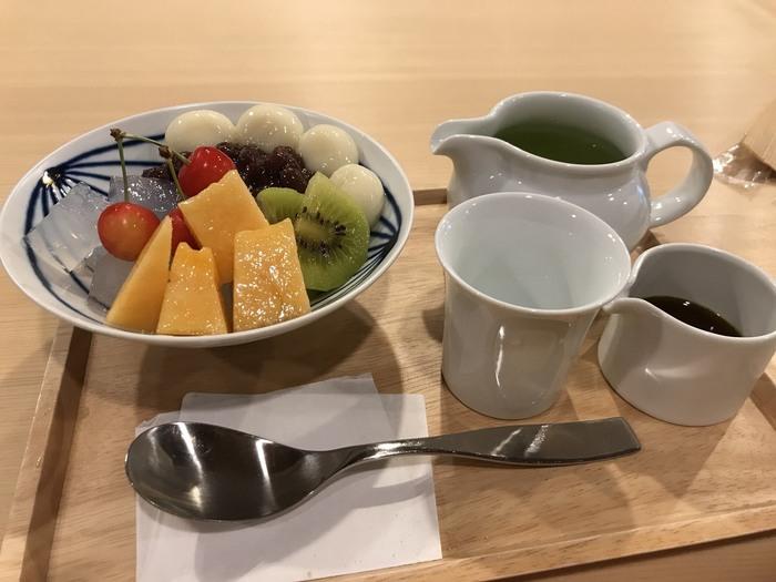 かき氷だけでなく、他の和スイーツも充実しています。こちらは「自家製 季節のあんみつ」。喉ごしの良い寒天と、もちもちしたとうふ白玉、飽きの来ない大納言小豆、季節のフルーツ。そして、 「抹茶みつ」「ほうじ茶みつ」「和紅茶みつ」「白みつ」からみつを選べ、美味しいお茶と供に頂けます。お茶も「煎茶」「ほうじ茶」「玄米茶」「和紅茶」からお好きなものを選べますよ。