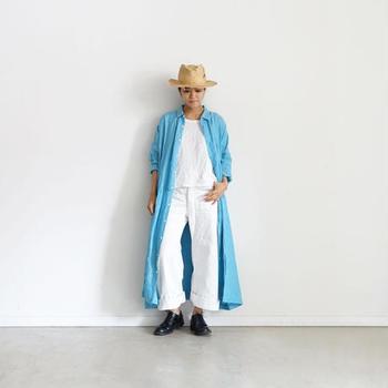 夏空に映えるブルーのロングシャツワンピースを、ジャケット感覚でバサッと羽織って洒落た装いに。上下ホワイトのスタイリングは、ともするとぼんやりとした印象になってしまいがち。バキッとしたロングシャツで縦のラインを強調し、着こなしにメリハリをプラスしましょう♪