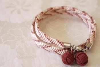 帯締めとして知られる組紐を使った、上質な大人のブレスレット。V字の矢羽根模様が特徴の笹波組が印象的です。