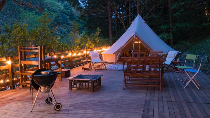 そして、テントを一歩出ると、広々とした専用のウッドデッキが!デッキチェアーに身を委ねてのんびりと森林浴するだけでも、リフレッシュできること間違いなしです。  写真/ふれあい広場 GLAMPING site A
